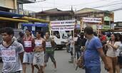 菲律宾:11名毒贩戴批斗标语游街
