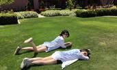 许晴穿超短热裤躺学校草地看书 美腿抢镜