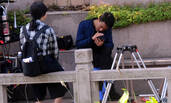 孤独男人的日常 刘恺威独自一人坐石椅玩手机一脸欢笑