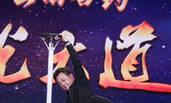 52岁朱军表演杂技臂力惊人 不输33岁尼格买提