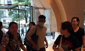 刘青云口罩遮面入住酒店 遇向太一家热聊不止