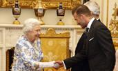 拜见女王大人!贝克汉姆与女王握手彬彬有礼