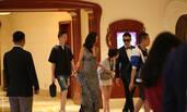 孙红雷夫妇现身上海 娇妻穿深V长裙好身材尽显