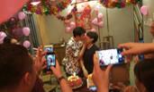 小沈阳夫妇结婚12年纪念日 嘟嘴献吻示爱沈春阳泪奔