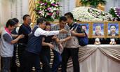 台湾游览车起火事故遇难者家属灵堂前泪崩