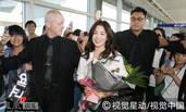 宋慧乔机场与粉丝亲密握手 清新装扮气质迷人