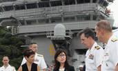 日本女防相这身穿着视察潜艇被批