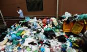 小区业主拖欠200万物业费 垃圾塞满堆积如山