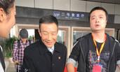 62岁老戏骨李雪健现身机场 笑容满面倍儿有精神
