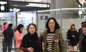 刘嘉玲抵沪获妈妈接机 遇粉丝求合影大方满足