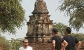 小李子赴泰国寺庙游览 肚腩太明显!