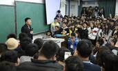 """上千人听网红教师讲课 大一学生:""""我们来听相声"""""""