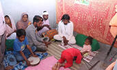 """印度男子身形似婴儿 被奉为""""神""""祭拜"""