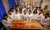 湖南医学毕业生集体与人体标本合照告别