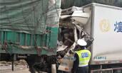 车祸后被卡驾驶室 司机淡定玩手机等救援