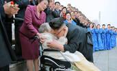 金正恩拥抱98岁的抗日女战士