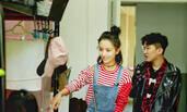 佟丽娅大学宿舍曝光 现场为学妹铺床被赞暖心