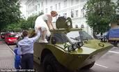 男子用装甲车接新娘 被贴罚单