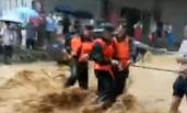 贵州遭洪水袭击 女子险被冲走一幕