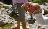 温州上百人涌河滩用磁铁寻宝