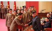 金正恩表彰导弹研发人员一幕