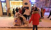 风雪街头 老人住进塑料袋里