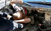 警察一检查,发现轿车里到处都藏着人