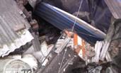 工地吊车吊臂倒下 砸烂十米外民房