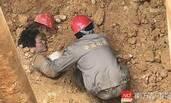 东莞工地塌方  工人全身被埋生还