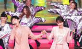 白百何井柏然同穿粉色套装 携手献唱很默契