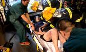 广州民房凌晨失火 消防员救出一名女子