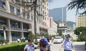 女子酒店内服药轻生 警察徒步背其送医