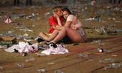 英格兰战败 本土球迷留下满地垃圾