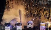 狂欢失控 法警方高压水枪驱散球迷
