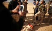 """伊拉克士兵与""""伊斯兰国""""武装分子尸体合影"""