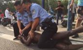 黑人男子安徽寻衅滋事 伤人后被警察拘捕