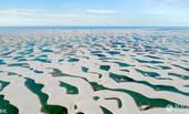 沙漠中出现成千上万湖泊 有人游泳