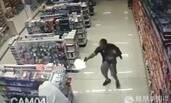 警察单手抱娃 拔枪击毙歹徒