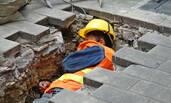贵州最低气温2℃ 工人在沟里睡午觉