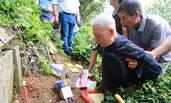 75年后首次回内地祭祖 九旬老兵长跪父母墓前