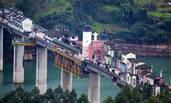 重庆400米大桥上建房屋商铺