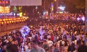 重庆网红景点公路被挤成步行街