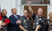 特朗普与一批骑着摩托的人噘嘴合照