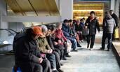 济南:社区开光盘免费餐厅 老人排队就餐