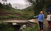 村民花四万元修桥 只为不从邻居家路过