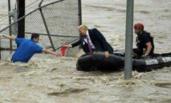 特朗普坐橡皮艇救人照片被指是P的