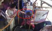 男子劫持公交 榔头抵女孩头部