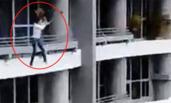 女子坐阳台栏杆上自拍 从27楼摔下身亡