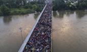 """成千上万移民""""挤爆""""边境大桥"""