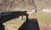 堰塞湖泄流冲毁大桥 国道318中断